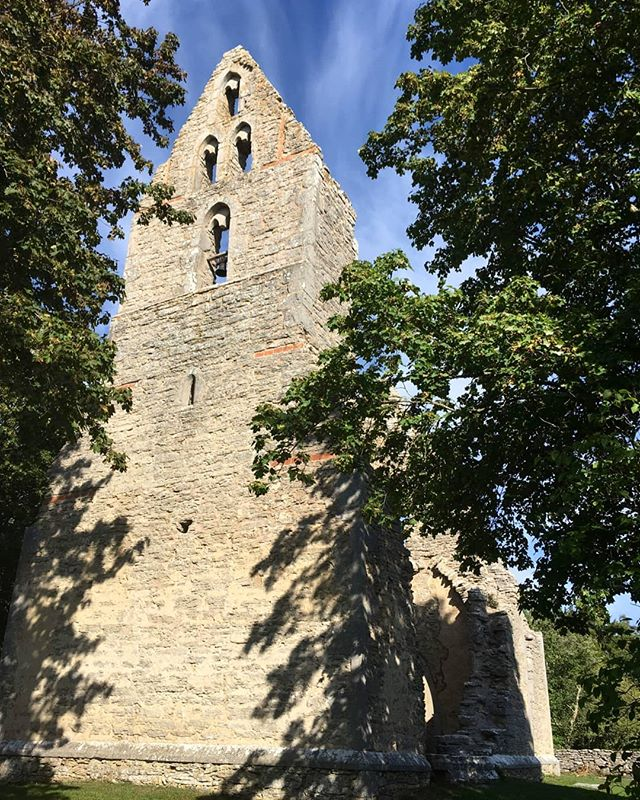 Bara ödekyrka. Liksom flera andra kyrkor på Gotland lämnades den åt sitt öde på 1500 talet. 1923 restaureras kyrkan och man planerade att återställa den igen, vilket visade sig inte var möjligt. Rester av dopfunten står kvar som enda synliga inventarie. Kyrkklockan fördes 1705 till grannsocknen Hörsne. Värt ett besök är det. Gudstjänster hålls fortfarande och kyrkogården används än idag. #bara #kyrka #gotland #torn #byggnadsvård #kulturvård #architecture