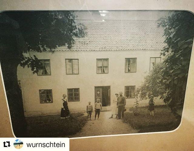 """Delar denna bild av @wurnschtein  Denna tavla fick vi i tron om att det var en gammal bild på Lilla Vede. Men efter lite efterforskningar i somras så insåg vi att detta är en bild på ett helt annat hus & vi blev då nyfikna på vilket hus det skulle kunna vara. För visst vore det väl trevligt om tavlan kunde hitta hem till rätt hus? Vi har försökt kolla i gamla """"skvallerböcker"""" för att se vilket hus det skulle kunna vara, men utan framgång. Kanske någon annan vet vilket hus det skulle kunna vara? 🙂 #hjälptavlanhittahem"""