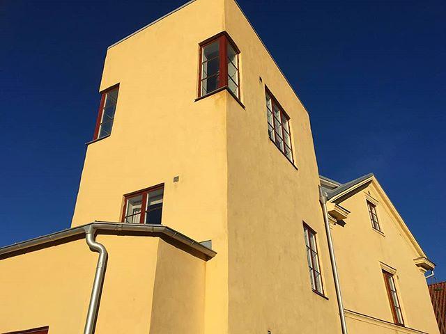 Tror många som varit vid  Södra slottsgränd invid  Skansport i Visby sett denna byggnad.. Tillbyggnad  à la funktionalism? #gotland #byggnad #innerstan #visby #byggnadsvård