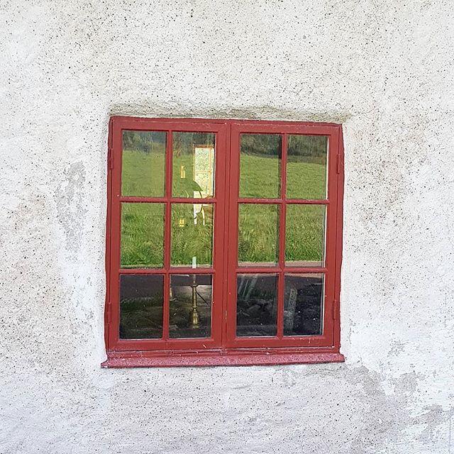 Fönster- Husets ögon som man säger. Gysinge beskriver att i fönstren avspeglas husets personlighet. Är det en åldring, fortfarande full av liv och med glimten i ögat? Eller en ansiktslyft pensionär med blick av emalj? #byggnadsvård #gotland