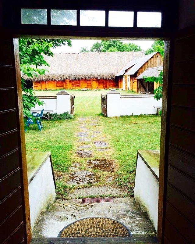 Vike minnesgård är en gotländsk Strandgård i Boge på Gotland. Gårdsplanen är traditionellt uppdelad i en lill och storgård med en stenmur. Ladugården är uppförd 1828 i skiftesverk med agtak. #gotland #visby #byggnadsvård #skiftesverk #agtak #fägård