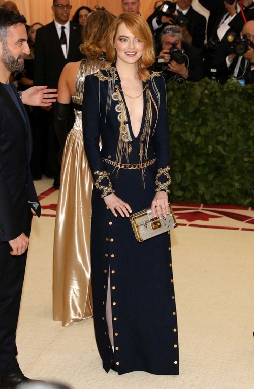 emma-stone-at-met-gala-2018-in-new-york-may-07-2018_1008050156.jpg