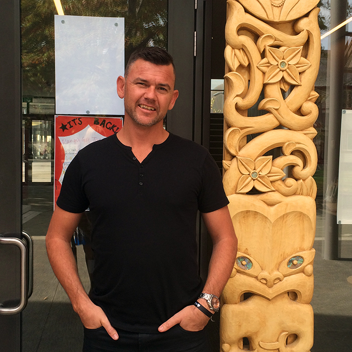 xbrett-murray-new-zealand-carving.jpg.pagespeed.ic.jqnjJPorwi.jpg