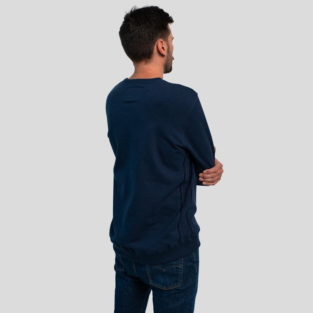 - Coutures surpiquées et bande de rib latérale pleine longueur pour un confort total.