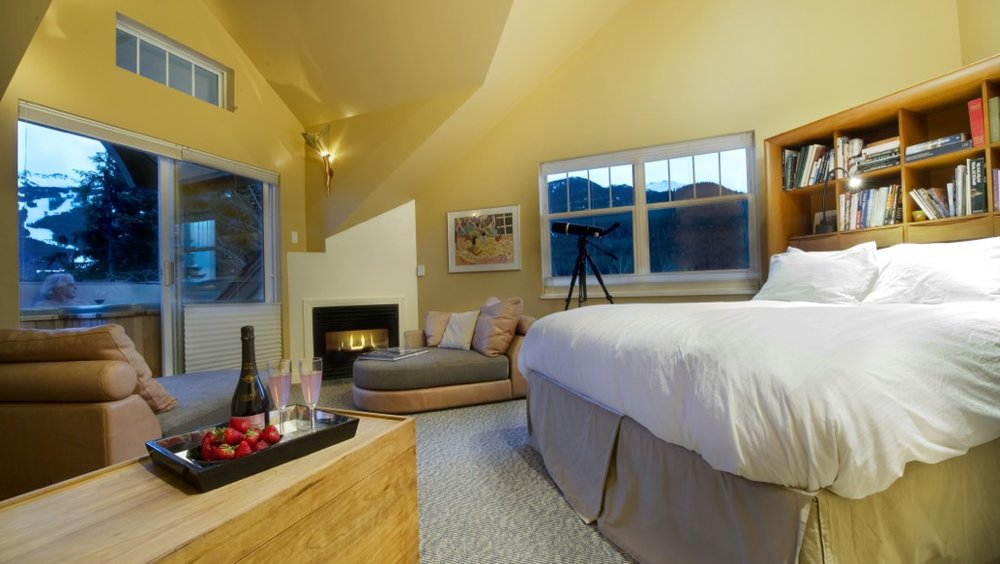 Master Bedroom (King bed, hot tub)