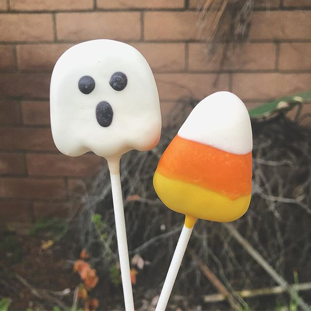 It's finally Friday! Time to snuggle up and watch some scary movies 😬🍿👻 . . #cakepops #dessert #sweets #foodie #foodporn #dailyfood #cake #cupcake #halloween #cute #ghost #candycorn #fall #spooky