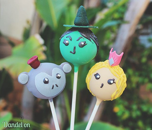 Coincidentally received a custom order for Wizard of Oz pops the same weekend I got to see Wicked! I definitely recommend watching the production if you haven't already 🎶🧙🏻‍♀️👸🏼🎶 . . #cakepops #dessert #sweets #foodie #foodporn #dailyfood #cake #cupcake #cute #kawaii #sprinkles #wizardofoz #wickedthemusical #elphaba #glinda #broadway