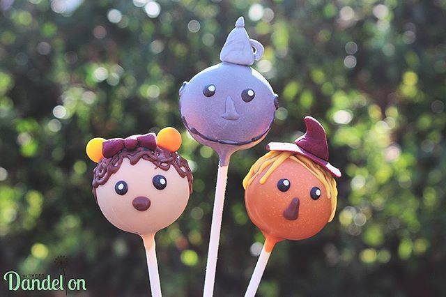Fun Fact: When I was younger I was terrified of the Wizard of Oz movie...especially of these three. The MGM in Vegas had photos of them up in their rooms so my parents had to cover them with towels so I could sleep at night 😅 . . #cakepops #dessert #sweets #foodie #foodporn #dailyfood #cake #cupcake #cute #kawaii #sprinkles #wizardofoz #cowardlylion #tinman #scarecrow