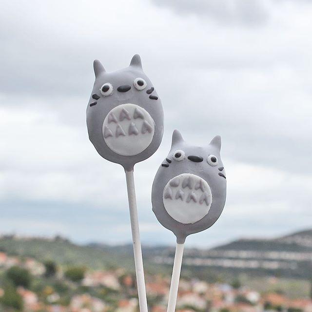 I think Totoro is ready for the rain again ☔️ . . #cakepops #dessert #sweets #foodie #foodporn #dailyfood #cake #cupcake #cute #kawaii #sprinkles #totoro #myneighbortotoro #studioghibli