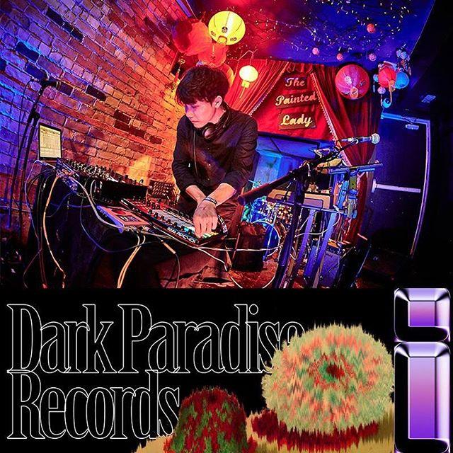 :::Dark Paradise Records : Label Night HK 2018::: :::演出單位: @dizparity  Dizparity深受英國bass音樂及爵士演奏影響,去年以首張專輯《Night Phase》獲得第八屆金音獎最佳電音專輯、最佳電音單曲,陸續獲邀參與吳青峰、王詩安…等台灣歌手作品,得到主流樂圈關注。相較於首張專輯多以純電子音樂為主體,今年七月發行的新專輯《斑斕》眾多歌手合作,在流行與獨立間綻放出獨樹一幟的魅力。 在籌備《斑斕》時經歷不少的風格蛻變,Dizparity替不同合作對象創作出富具個人特質的獨特詮釋、再依序串接,讓專輯整體概念更趨完整。《斑斕》呈現的是一場在追尋、得到至失去美好的過程故事,一切如夢幻泡影般的迷人寧芙,終將在霓虹褪去後飄散。 #感受潮流感十足的低音衝擊 :::Dark Paradise Records : Label Night HK 2018::: 時間:2018.09.08 7PM 地點: @thistownneeds  票價:HKD 250(預售)/ HKD 450(兩人同行預售) 購票:https://goo.gl/9erHbu 活動資訊:https://goo.gl/VCLt7z