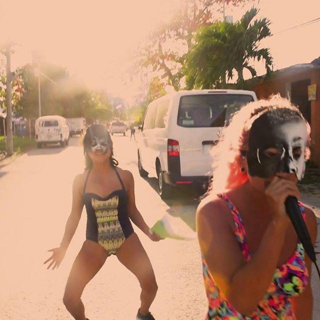"""""""PERREADORXS AGUAFIESTAS""""  INVASORIX  AKI AORA 2018  Durante la residencia AKI AORA (Tulum, 2018) exploramos a través del cuerpo y el baile, algunos géneros musicales para """"perrear"""", como: reguetón, dancehall,  funky carioca, champeta, choke, etc. lo que dio lugar a PERREADORXS AGUAFIESTAS, propuesta en la que realizamos diferentes provocaciones como formas de protesta cuir-feminista. Llamado abierto a la comunidad. Open call. #artecontemporaneo #contemporaryart #invasorix #queerartist #feminista #feminist #performance #performanceart #perreadorasmáximas #reggaeton #film  #perreointenso #artinpublicspaces #comunidad #comunity #artistresidency #tulum #mexico"""