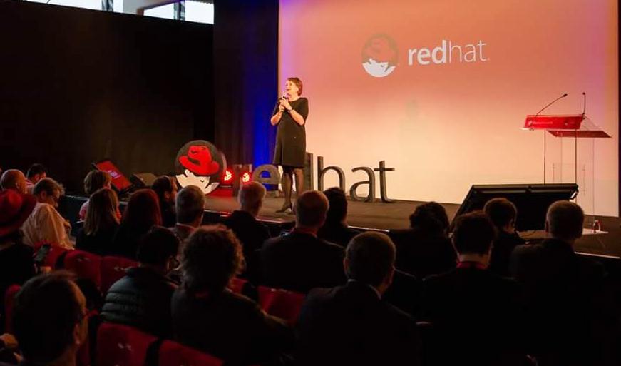 Signalétique de scène pour RED HAT en collaboration avec l'agence événementielle DEEP DIVE