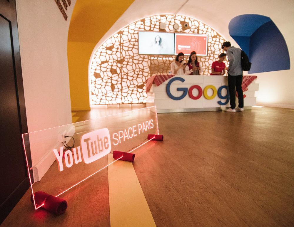 Signalétique lumineuse pour Youtube en collaboration avec l'agence événementielle DEEP DIVE -  https://deepdive.business.site/