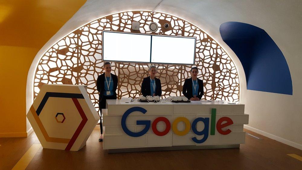 Création sur mesure d'un pupitre pour Google en collaboration avec l'agence événementielle DEEP DIVE