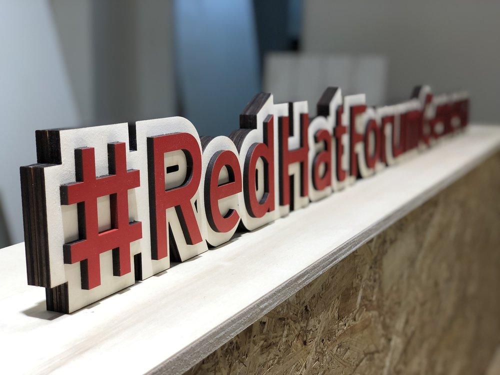 Signalétique auto-portée pour RED HAT FORUM GENEVA, en collaboration avec l'agence DEEP DIVE