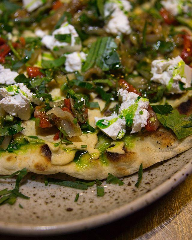 Veggie nan, grillede grønnsaker og hummus 🥗🥬 #streetfood #hitchhiker_oslo #lavaoslo #feta