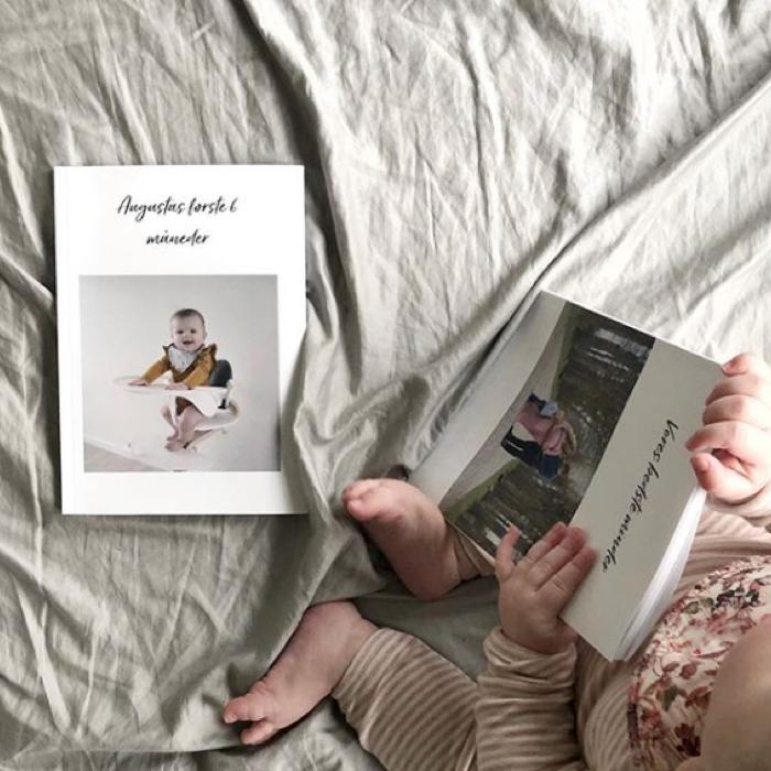 Fotobøger på en seng