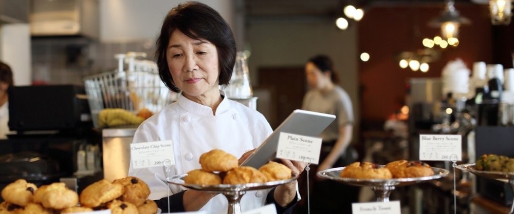 the-woman-storekeeper-running-the-cafe-uses-a-tablet-picture-id680331466.jpg