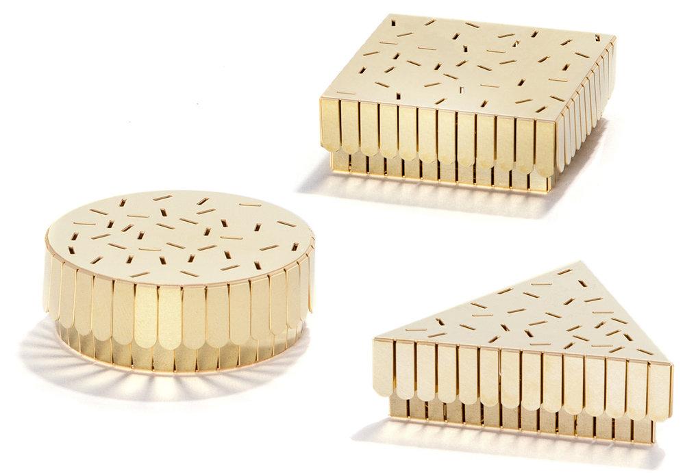 策展人:它就像是一个小型珠宝盒,暖心的材料,至简的工艺,精巧的做工,美得恰到好处。 - 这款配有盖子的小盒子可以用来陈放药片或配件,它是由实心黄铜制成的。