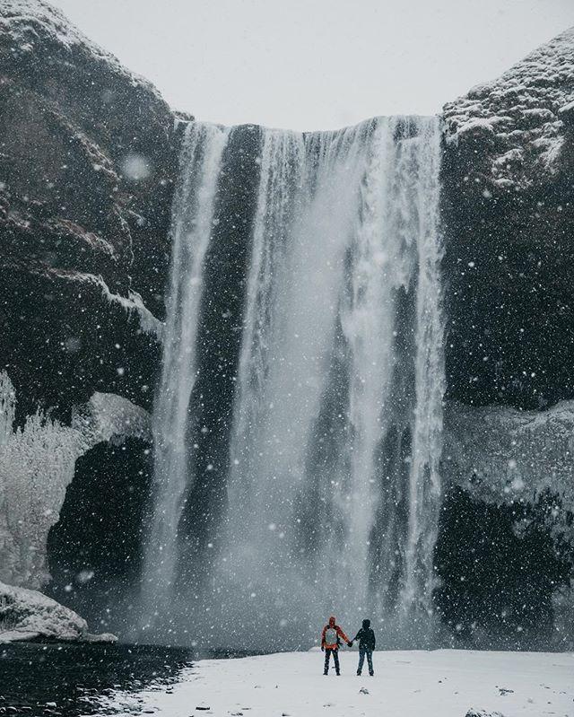 En la primera foto tenemos a #Skogafoss en invierno, nevando, a unos 100m de la cascada con el 85mm, en la segunda foto, tenemos la misma cascada, en verano, pero con un angular, a 24mm y a unos 20m de la cascada, cuál te mola más