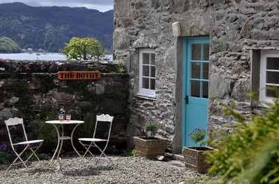 outdoor dressing of Scottish holiday cottage photoshoot