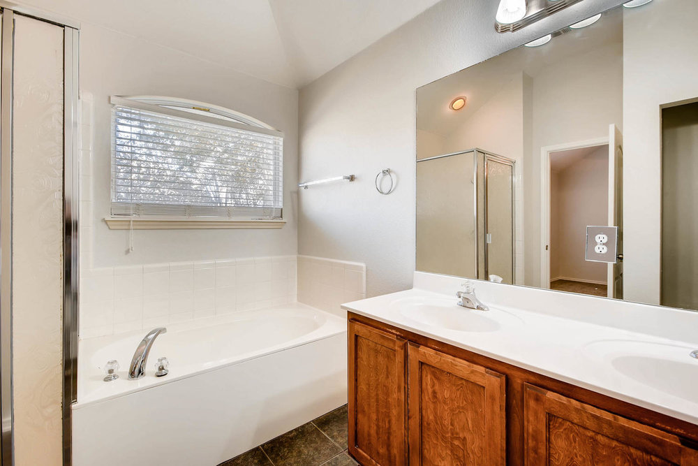 1723 Fallen Leaf LN Round Rock-large-008-5-Master Bathroom-1500x1000-72dpi.jpg