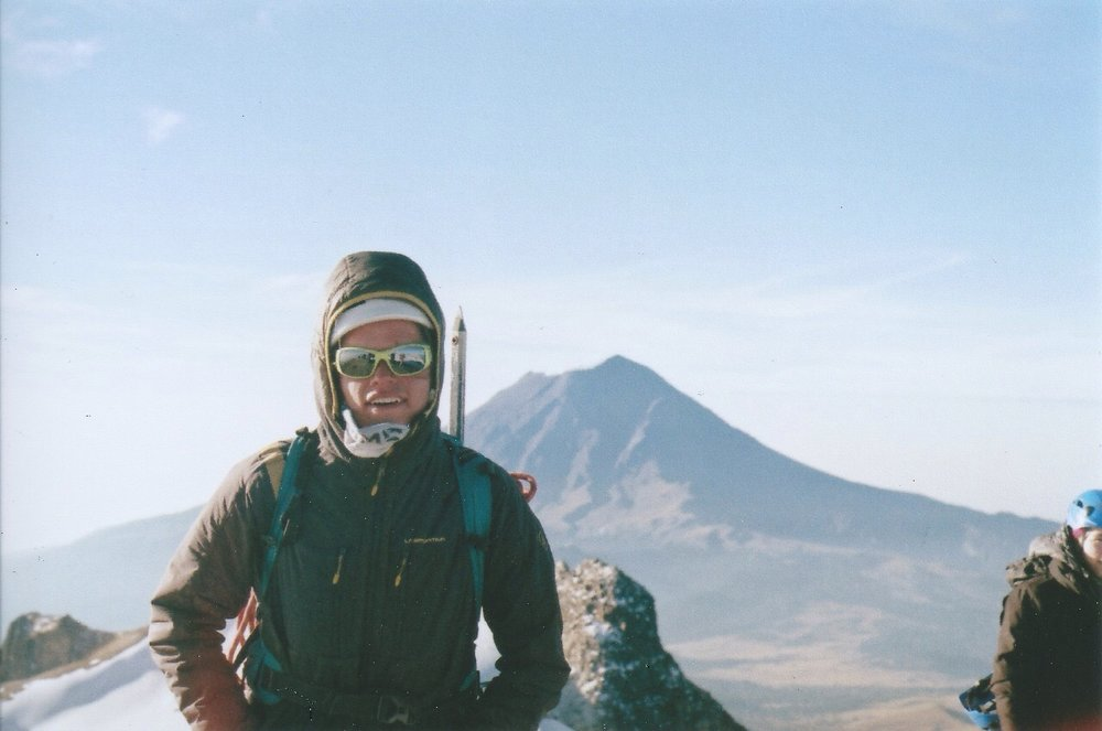 Pablo León Álvarez   Alpinista, escalador, corredor y fotógrafo de Guadalajara. Es guía de montaña de tiempo completo y Gerente Operativo de Summit Pro. Forma parte de la nueva generación de la Línea Directa y quiere apoyar al desarrollo de una cultura de aventura en México.