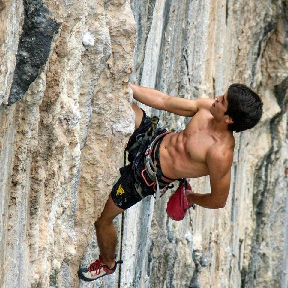 Ruben Perez   Escalador de Monterrey y estudiante de Ingeniería de la Universidad de Monterrey. Practica escalada deportiva y le motiva desarrollar el máximo control sobre su cuerpo y lograr objetivos que a momentos parecen imposibles. Su área de escalada favorita es El Salto.