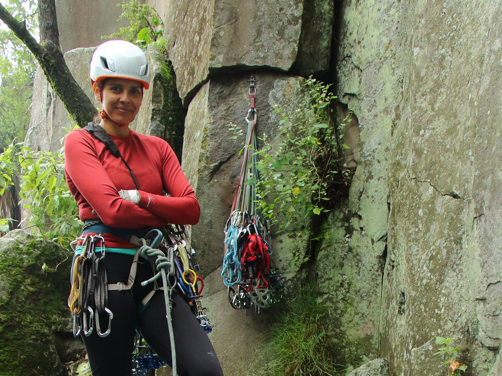 Arcelia García   Escaladora y asesora en comunicación de CDMX. Apasionada de la aventura, las historias y la naturaleza. Dedicada a la escalada tradicional y gran pared, así como la búsqueda y desarrollo de nuevas grietas en México. Sus áreas favoritas son La Coconetla y Aculco.