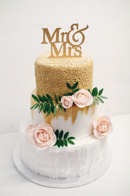 Copy of Moderna torta z zlatimi dodatki.