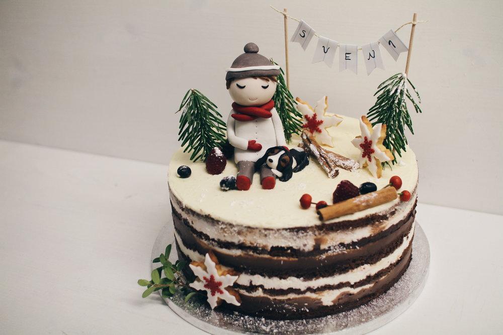 Otroška torta s figurico fantka.