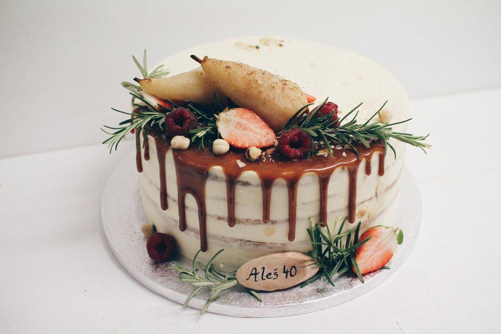 Torta z karemelo in hruškami.