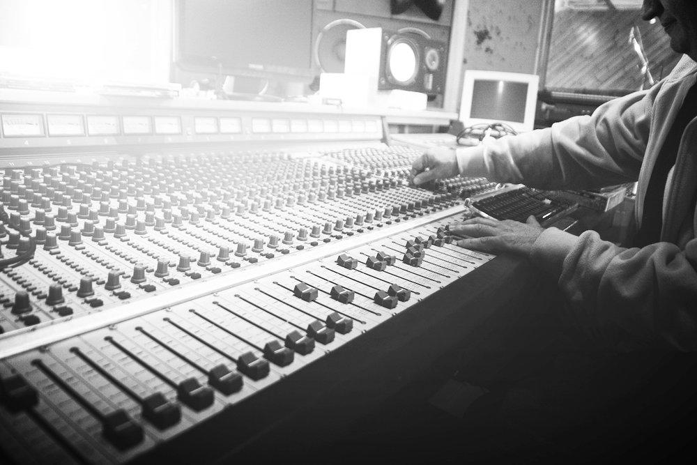In-House Produktionsstudios mit Spezialisierung auf VR, 360° Sounddesign und Musikproduktionen. Surround – Monitoring – System, binauralem 360° Audioaufnahmegeräten und Sänger- / Sprecherkabine.