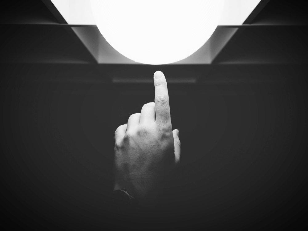 Seeing is believing. - - Schaffen Sie ein unvergessliches MarkenerlebnisDie beliebteste Form des VR-Marketings:Viele Marken schaffen immersive 3D Realtime -Erfahrungen, die ihre Markengeschichte erzählen und ihre Botschaft in den Mittelpunkt stellen. Schwer erklärbare Produkte können visualisiert werden und Kaufentscheidungen positiv beeinflussen. Auf Messen, Showrooms, Events oder Online.-Bieten Sie eine virtuelle Probe vor dem Kauf anDas Ausprobieren von Produkten hat großes Potenzial für VR. VR bietet den Verbrauchern die perfekte Gelegenheit, virtuell das Produkt oder die Dienstleistung einer Marke zu erleben.-Live-Erfahrung teilen Eine der innovativsten Methoden, mit denen Marken die VR-Technologie einsetzen, besteht darin, den Konsumenten Live-Events mit 360-Grad-Videos zu ermöglichen.Wenn Ihre Marke ein Must-See-Event organisiert, könnte dies eine großartige Möglichkeit sein, Ihr Publikum über die Grenzen einer Arena oder einer Konferenzhalle hinaus zu erweitern.