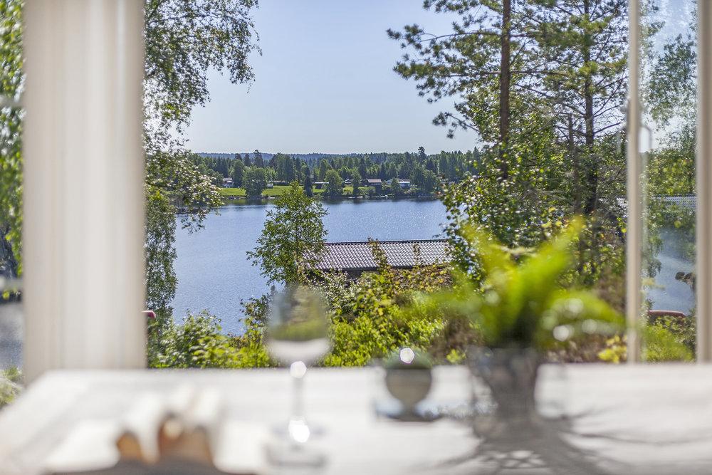 Bynært ferieparadis - De skogkledde åsene, innsjøen og stillheten er bare en halvtimes kjøretur fra Oslo. Med en hytte ved Lyseren Strandpark kan du dra rett fra jobb til hytta, fyre opp grillen eller ta deg et forfriskende bad. Den svært tilgjengelige avstanden fra Oslo gjør Lyseren Strandpark til et helt unikt prosjekt, mener megler Kjell Ove Loeshagen.Den sentrale beliggenheten og de idylliske omgivelsene er helt unikt for hyttene ved Lyseren Strandpark. Det finnes ikke et tilsvarende prosjekt sentralt på østlandet, sier Loeshagen.Les mer om området her