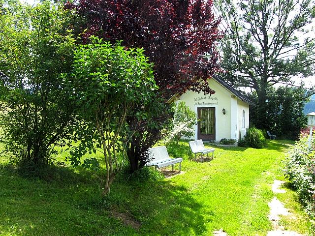 eigene Hauskapelle - ... mit Ruhebänken - die Oase in einer abgeschiedenen, wunderschön gelegenen Ecke unseres Wiesen- und Gartengrundstücks - zum Krafttanken