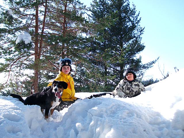 Schlittenwiese - Im Winter verwandelt sich unsere Hauswiese in einen (unpräparierten) Hang zum Schlittenfahrten, Schneemann-Bauen oder für Schneeball-Schlachten!