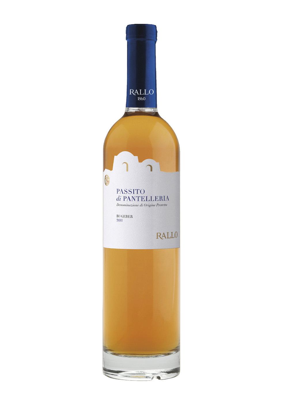 temperatura di servizio 14 °C - Vino dolce, intenso e vellutato prodotto da uve Moscato coltivate sull'isola vulcanica di Pantelleria, in speciali conche scavate su terrazzamenti di pietra lavica.