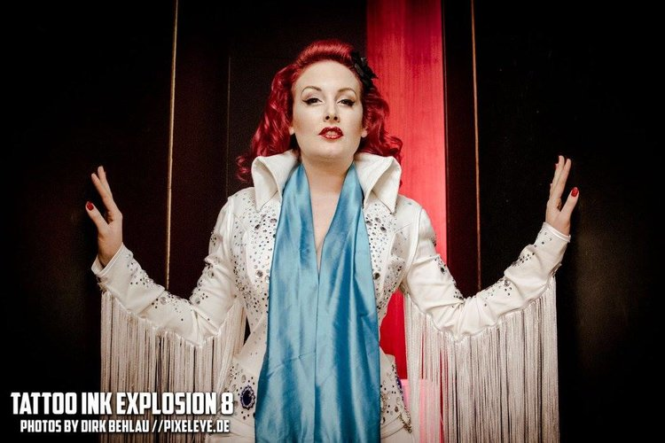 BURLESQUE BY ZOE SCARLETT - Zoe Scarlett performs first-class exciting Burlesque shows and wears expensive theatre costumes: Whether she performs as a glitzy Las Vegas showgirl, with a pink Cadillac prop on the stage or dancing in her giant glass – Zoe Scarlett is an experience.