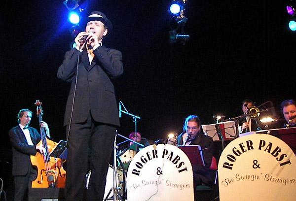 Roger Pabst - Roger Pabst entführt das Publikum mit seiner einzigartigen Frank Sinatra Show in das Amerika der 40er bis 60er Jahre und lässt garantiert auch Ihre Veranstaltung zu einem unvergesslichen Erlebnis werden.Seit 20 Jahren tourt er mit dieser Musik durch die Welt und gastierte auf über 1.000 Konzerten, Events und sonstigen Veranstaltungen.