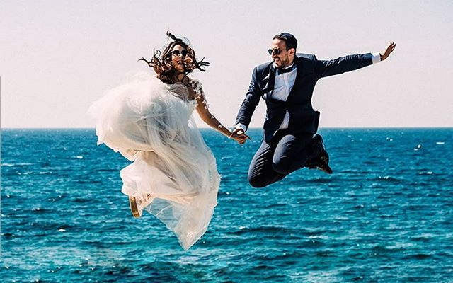 😍It's Friday!!! Enter the weekend like it's your big day! . Couples Calls! Enter to win a free photo engagement session in New York City with 2017 professional photography medal winner and best Portraitrist of France📸@gilles.perbal . 👉🏼Link in bio