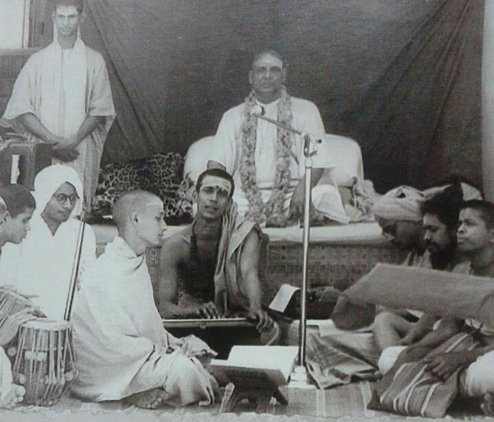 Swami Sivananda Saraswati of Rishikesh leads kirtan with Swami Chidananda Saraswati accompanying on harmonium.