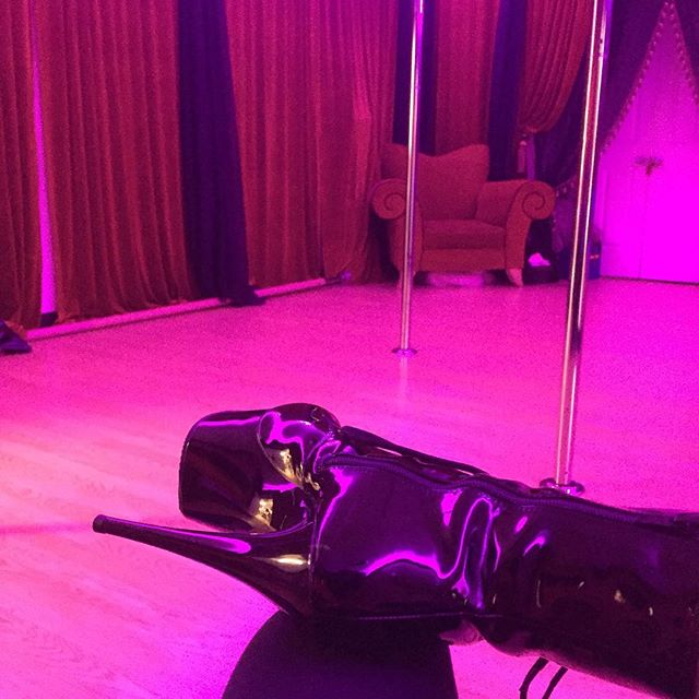 Bout to teach some lap dancin' @puredelish.  #lapclass #pole #lapdances #losangeles