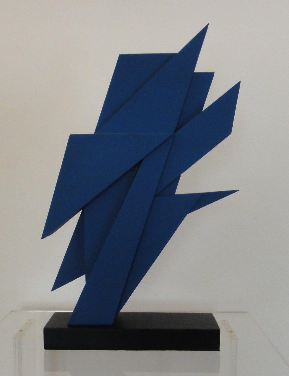 AR 1048 - Claudio Tozzi - 50  x  34  x  8,5  - Escultura em aço Azul  2-6.JPG