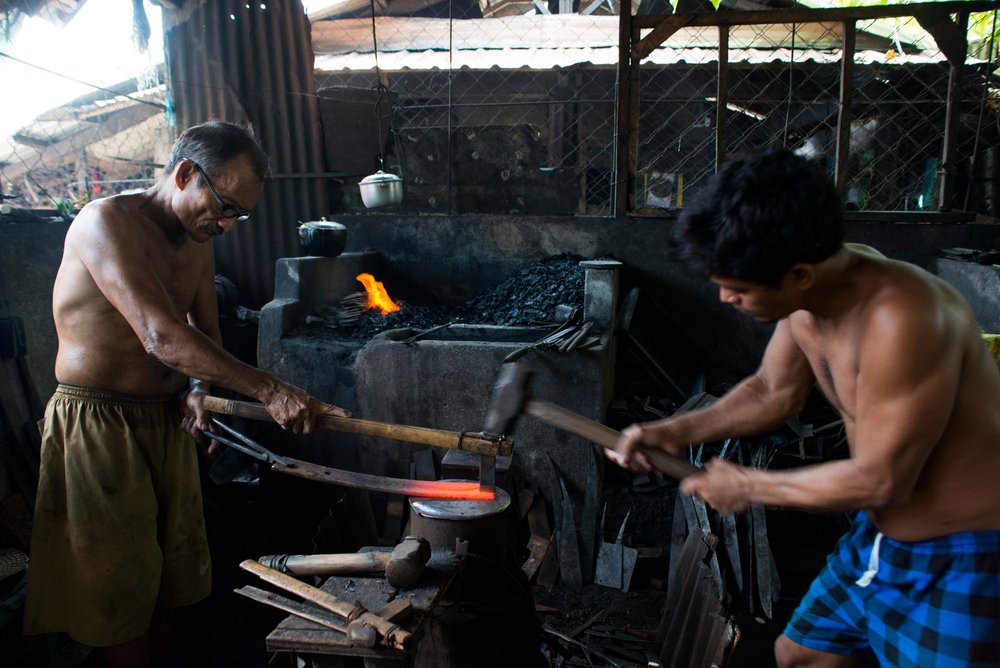 Mount Mayon Pili Nut Tool Making///Fabrication des machettes pour casser les noix de pili, Mont Mayon