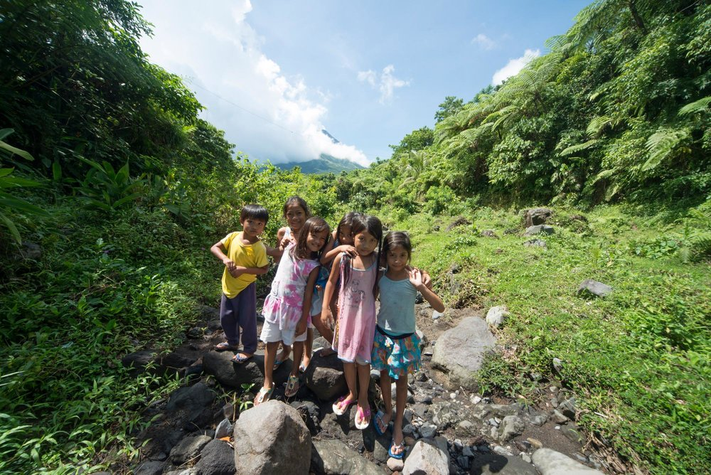 Local children in the shadow of Mount Mayon The Philippines///Enfants du pays, à l'ombre du Mont Mayon, Philippines