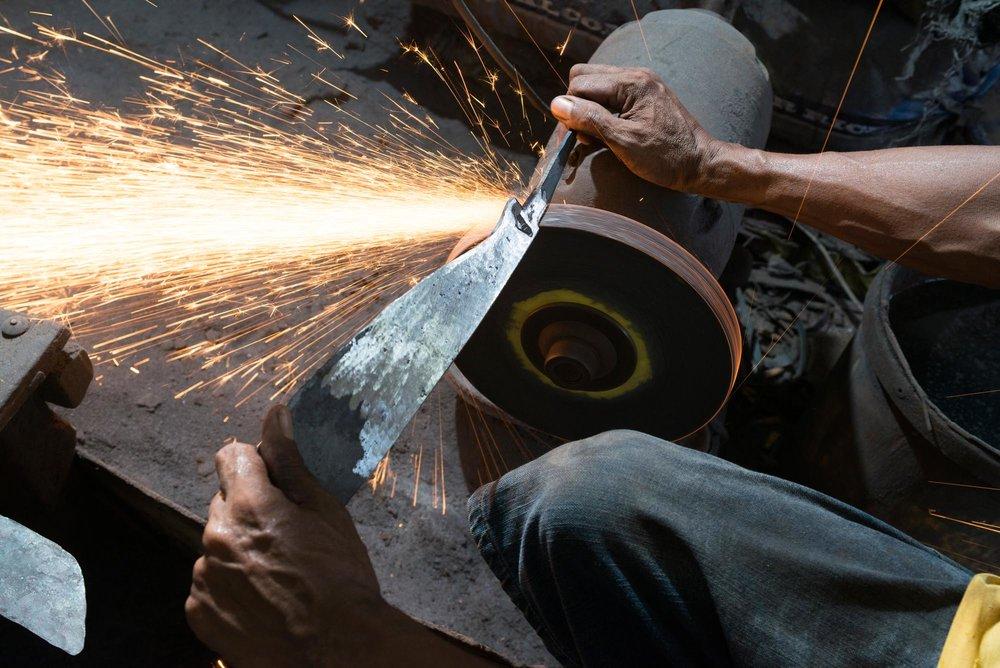 Mount Mayon Pili Nuts Tool Making///Fabrication des machettes pour casser les noix de pili, Mont Mayon