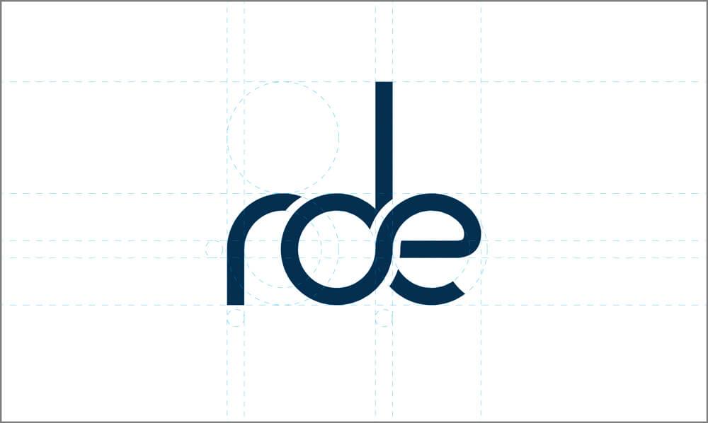 Individuell gezeichnete Buchstaben mit klaren sowie runden Formen bilden die homogene und auffällige Wort-Bildmarke der rde
