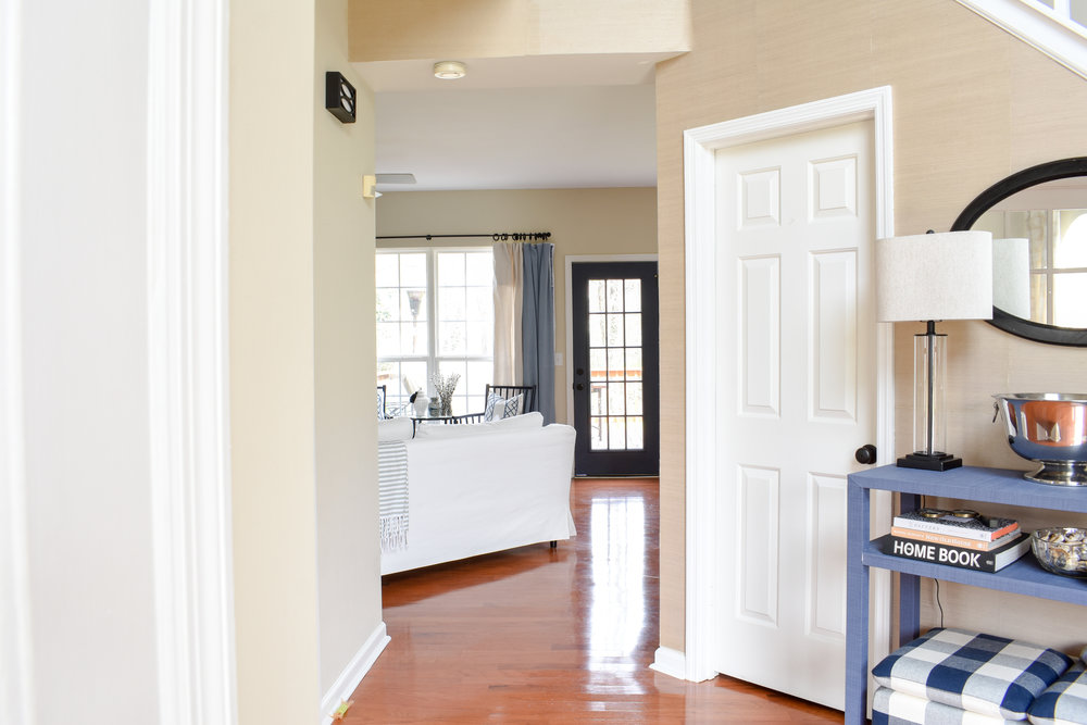 Our Simplified Spring Home Tour: We're scaling back our to-do list and paring down our belongings so our Spring will run much more smoothly as we prepare to sell our home. #springcleaning #foyer #blueandwhitedecor