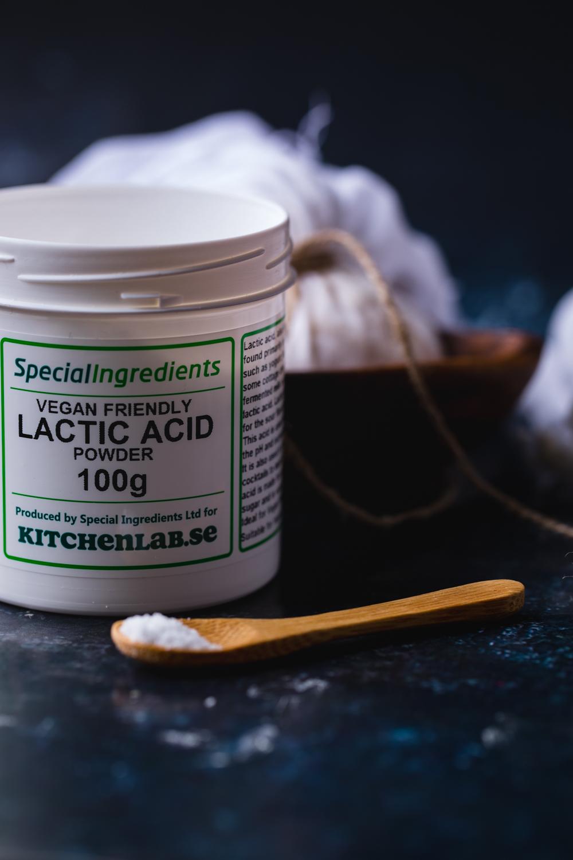 """Lactic acid - Utvinns från rörsocker och ger syra till veganska """"mejerier"""" Den fungerar utmärkt i både kall och varm vätska. Den ersätter citron och blir enastående tillsammans med en mindre mängd näringsjäst."""